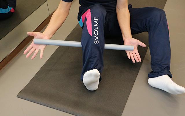 痛い場所に強めに押しあてて、関節を動かす