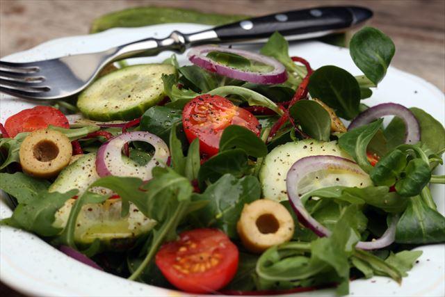 健康的でバランスの良いサラダの画像