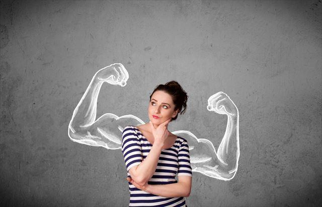 筋トレの効果について考える女性の画像