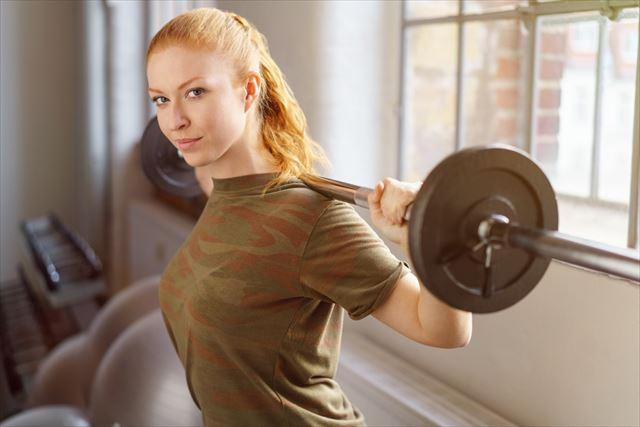 筋トレをする20代女性の画像
