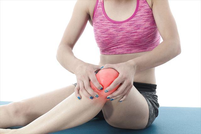 ヒザ関節の痛みを抱える女性の画像