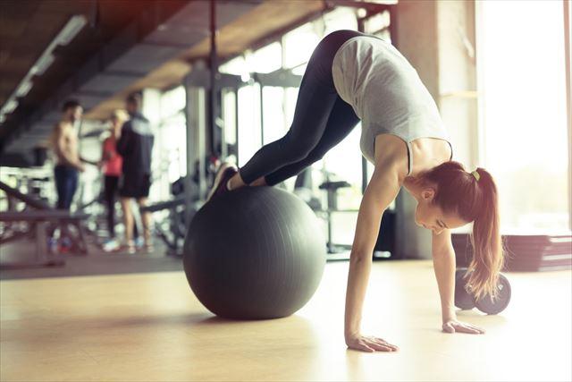 バランスボールでエクササイズする女性の画像4