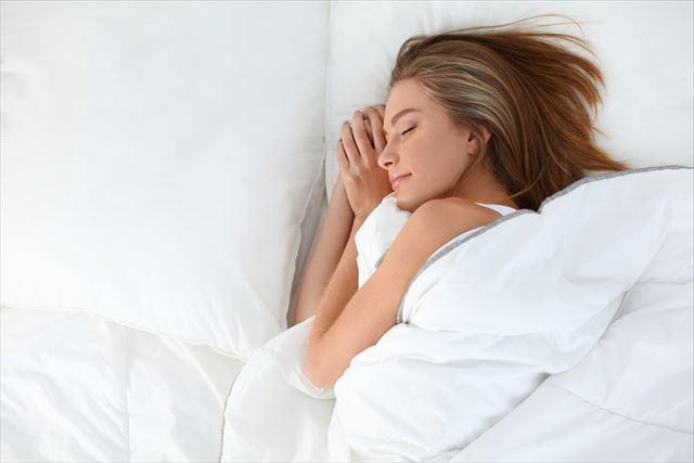 快眠する女性の画像