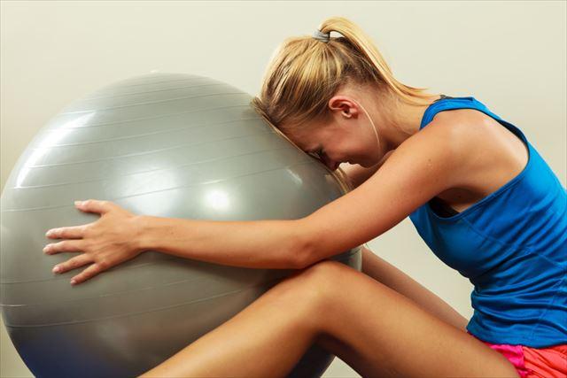 バランスボールのアンチバーストに悩む女性の画像