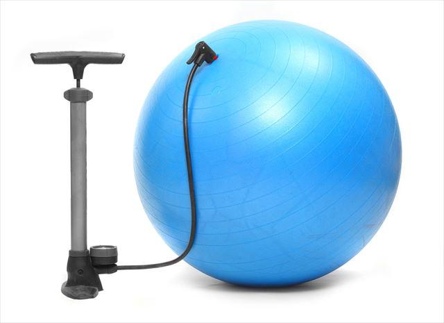 エアポンプでバランスボールに空気を入れている画像