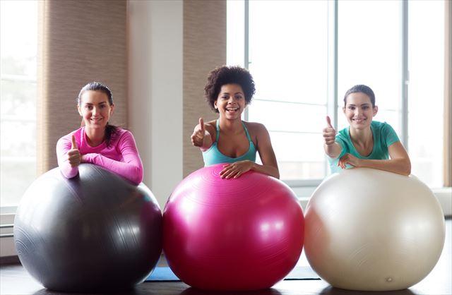 バランスボールエクササイズを楽しむ女性の画像