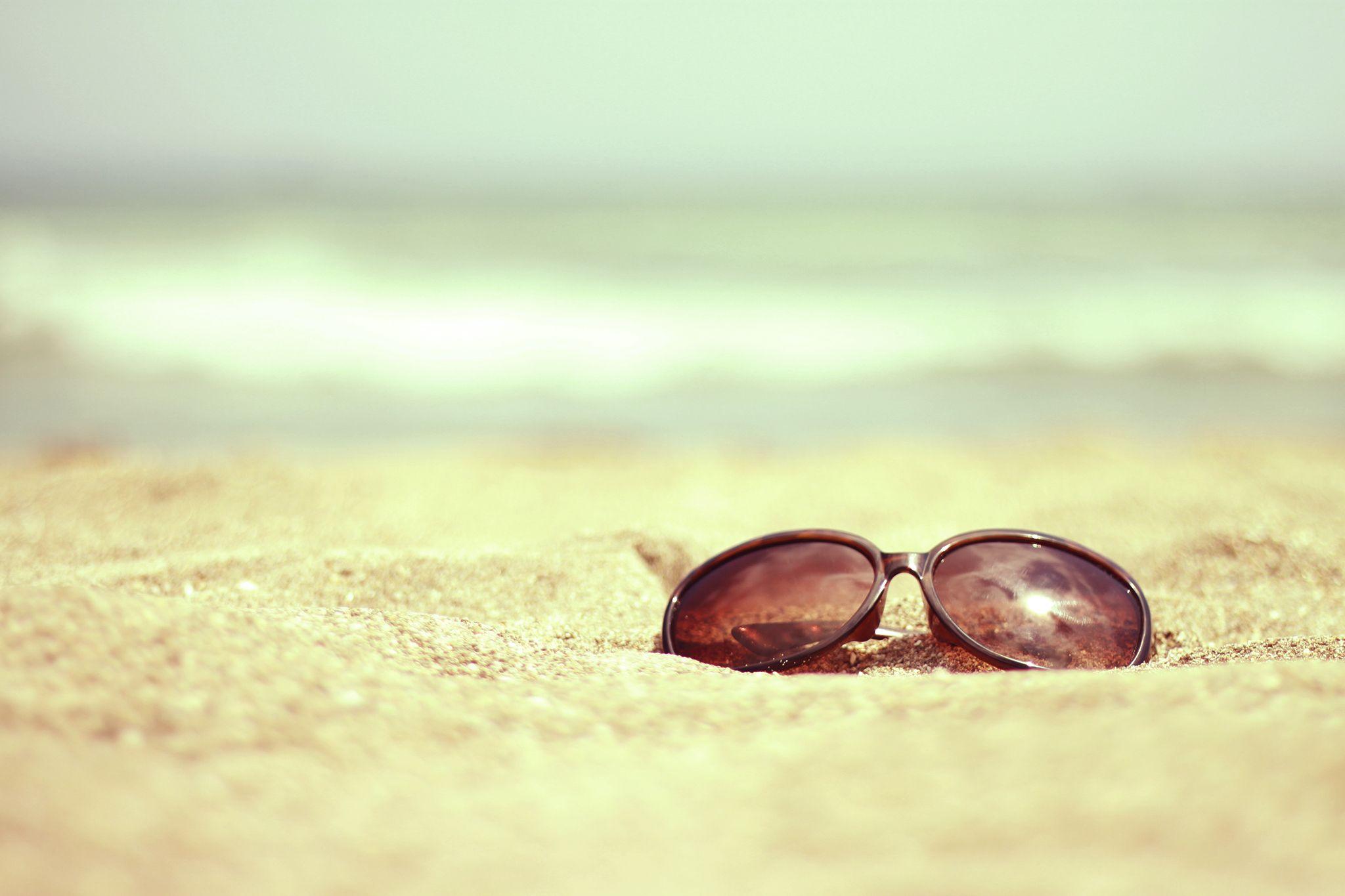 砂浜とサングラスの画像