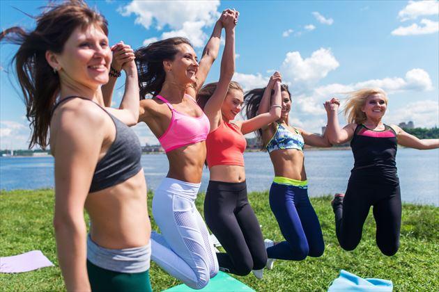 有酸素運動を友人同士で楽しむ女性たちの画像