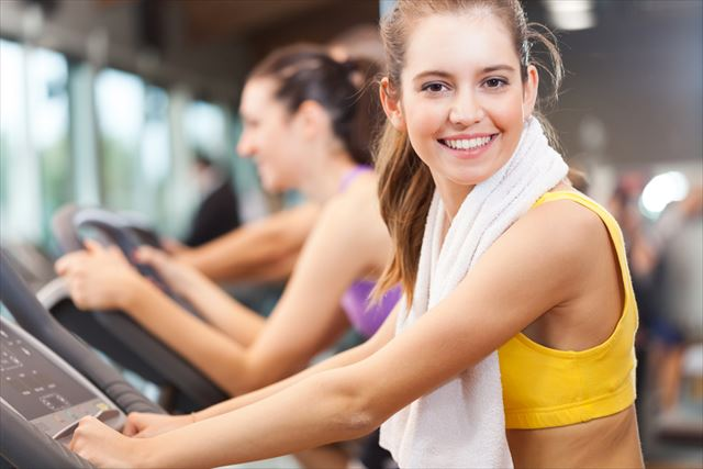 室内で有酸素運動をする女性の画像