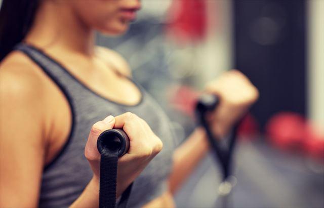 有酸素運動のトレーニングを行う女性の画像