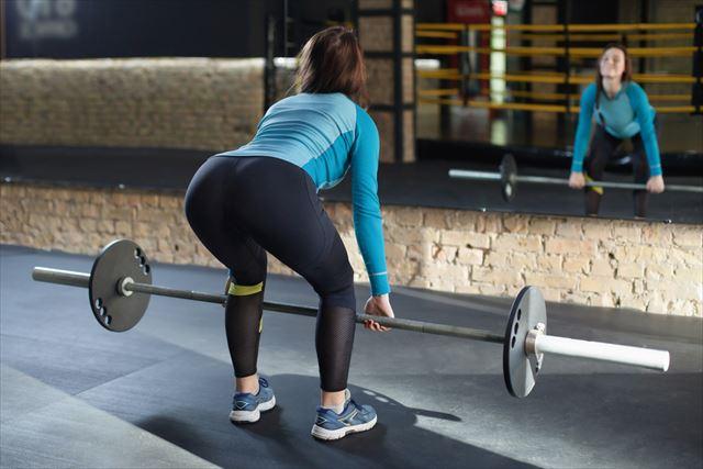 無酸素運動の重量挙げをする女性の画像