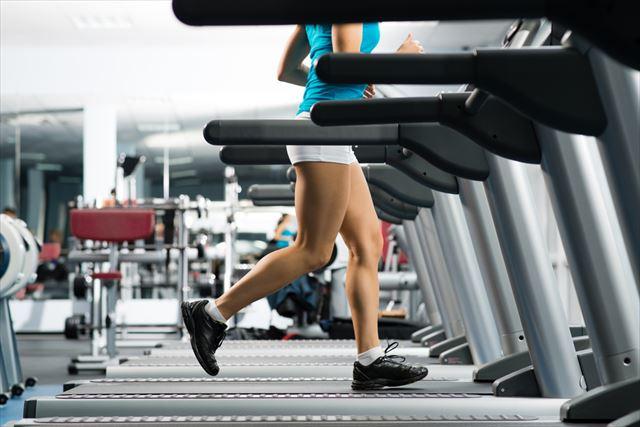 日々有酸素運動トレーニングに励む女性の画像