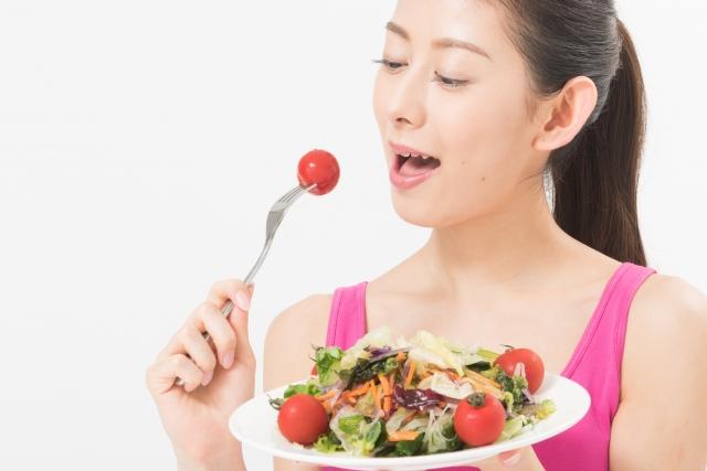 サラダを食べる女性の画像