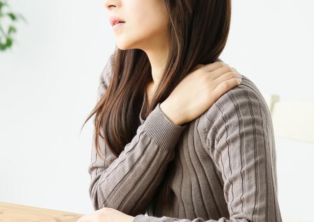 肩コリの女性の画像