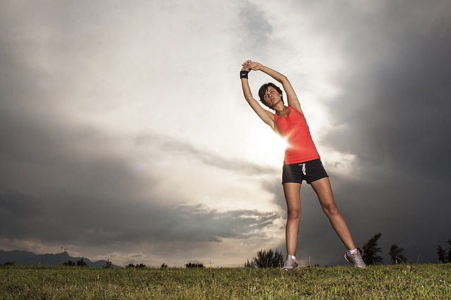 準備運動をする女性の画像