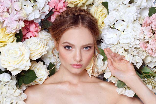 花に囲まれた美しい女性の画像