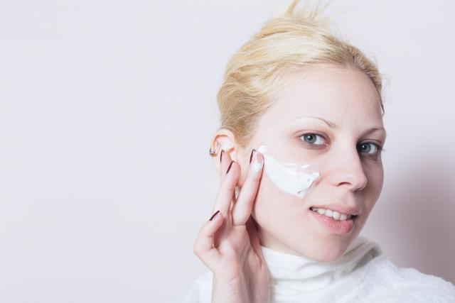 クリームを塗っている女性の画像