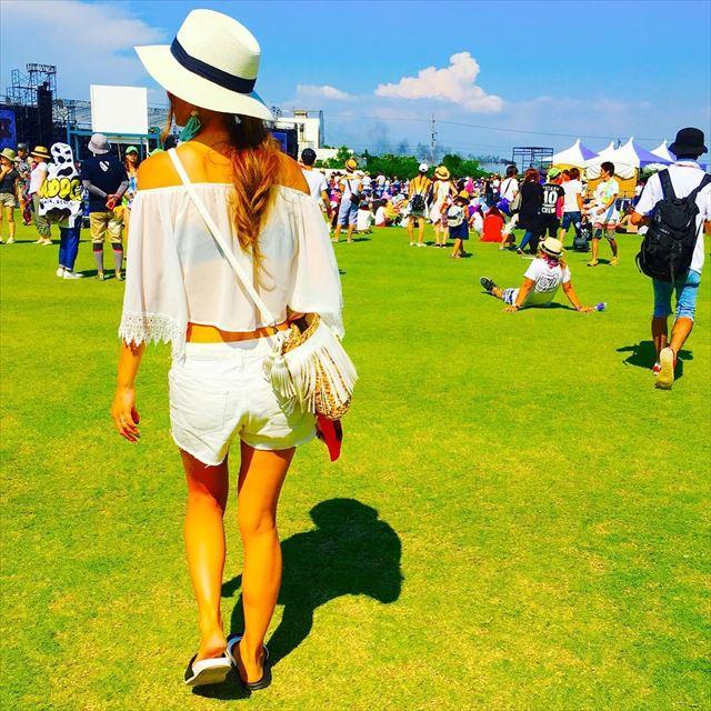 夏フェスらしい服装に帽子をかぶった女性のコーデ画像