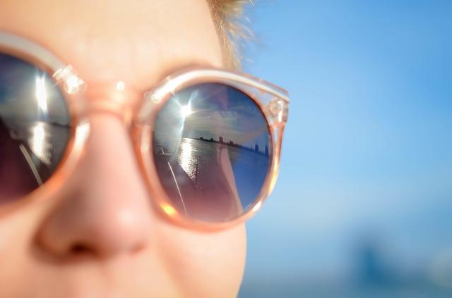 サングラスをかけた女性の画像