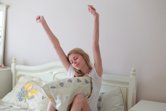 寝起きの女性の画像