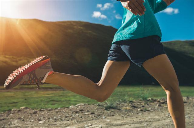 高地トレーニングを行う女性の画像