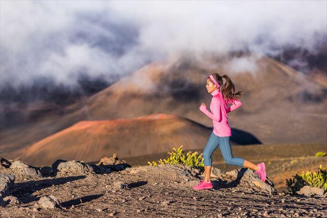 高地の山間部を走る女性の画像