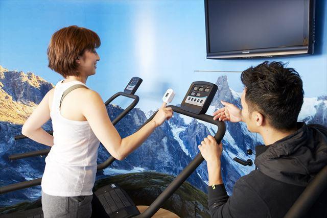 高地トレーニングジム「フィットラボクロスフォー」でランニングする女性の画像