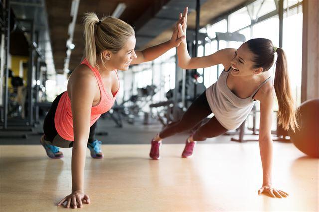 ジムでトレーニングする二人の女性の画像