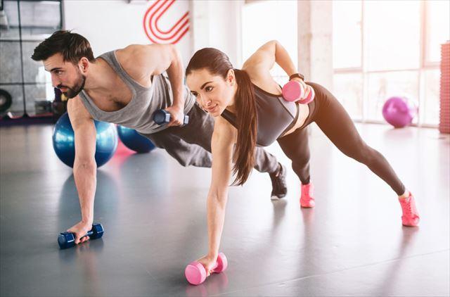 難易度高いトレーニングを行う女性と男性の画像