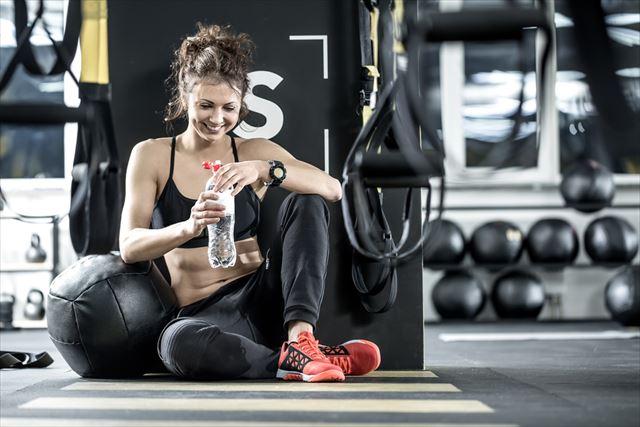 トレーニング後に水を飲む女性の画像