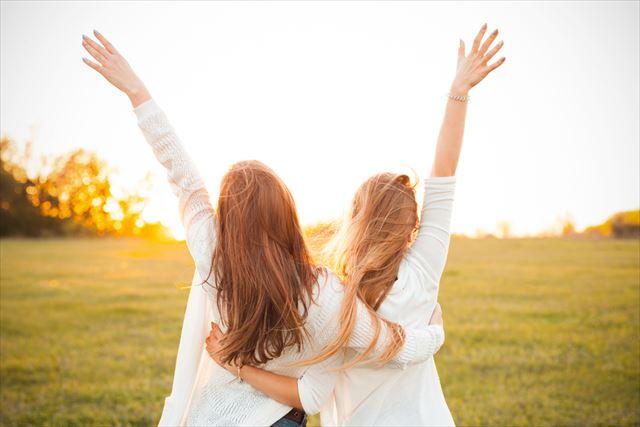 喜ぶ二人の女性の画像