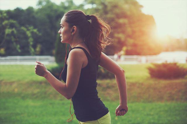 外でランニングする女性の画像
