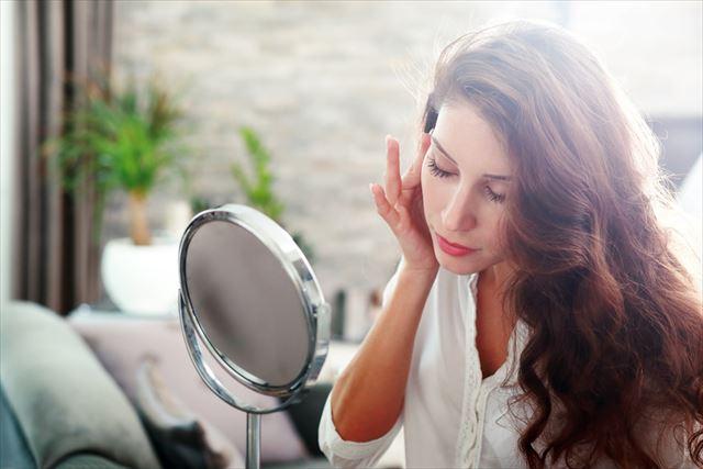 肌の美しい女性のメイクアップ画像