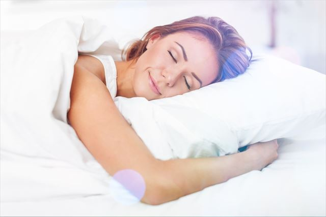 ベッドで快眠する女性の画像