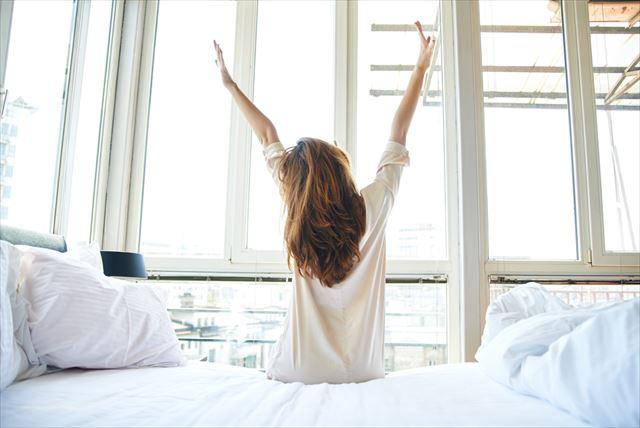 気持ちよく朝を迎えた女性の画像