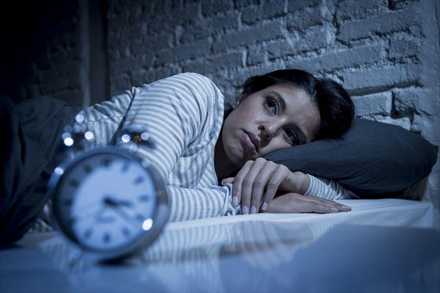 深夜になっても眠れない女性の画像