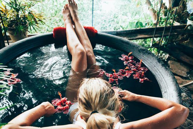 お風呂につかる女性の画像