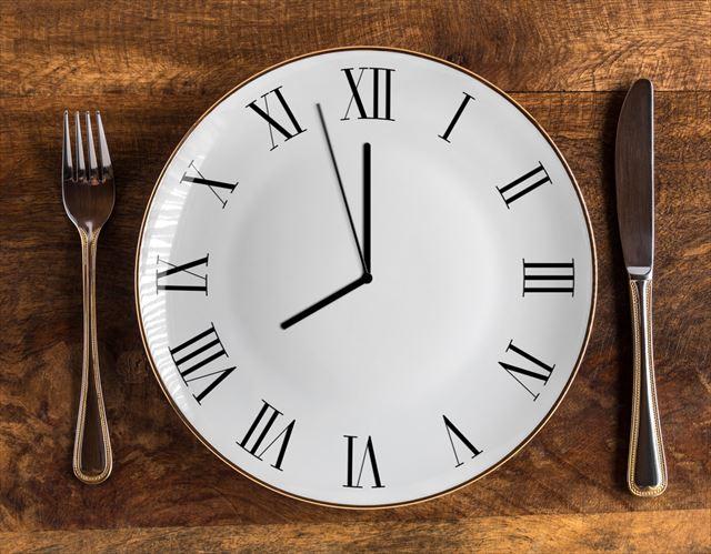時計デザインのお皿の画像