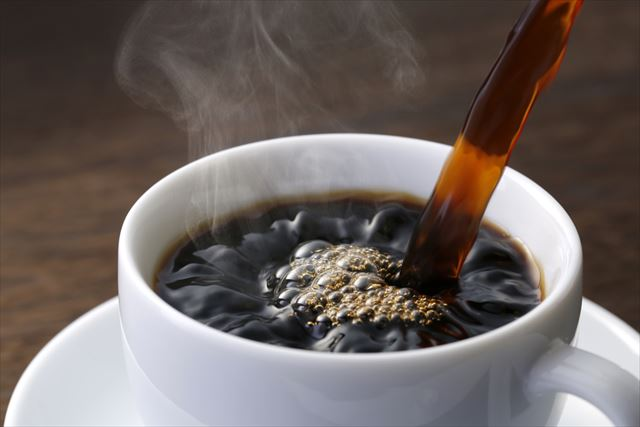ホットコーヒーを淹れる画像