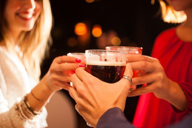 パーティーでお酒を飲む女性の画像