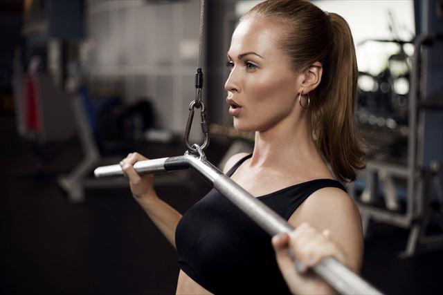 ジムでウェイトトレーニングをする女性の画像