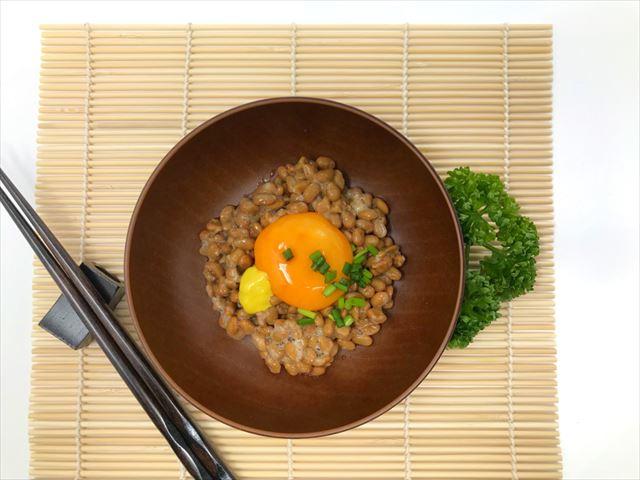 納豆と卵を使った料理の画像