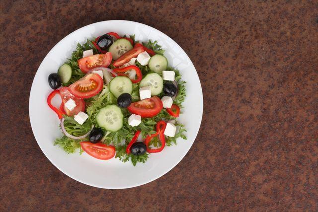 トマトときゅうりを使ったサラダの画像